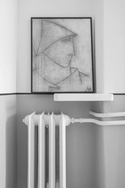 Mieszkanie z 1936 roku i obraz nad kaloryferem w łazience