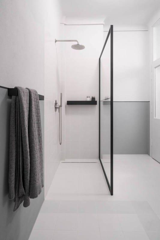 Prysznic w kamienicy w mieszkaniu z 1936 roku projektu Loft Kolasiński