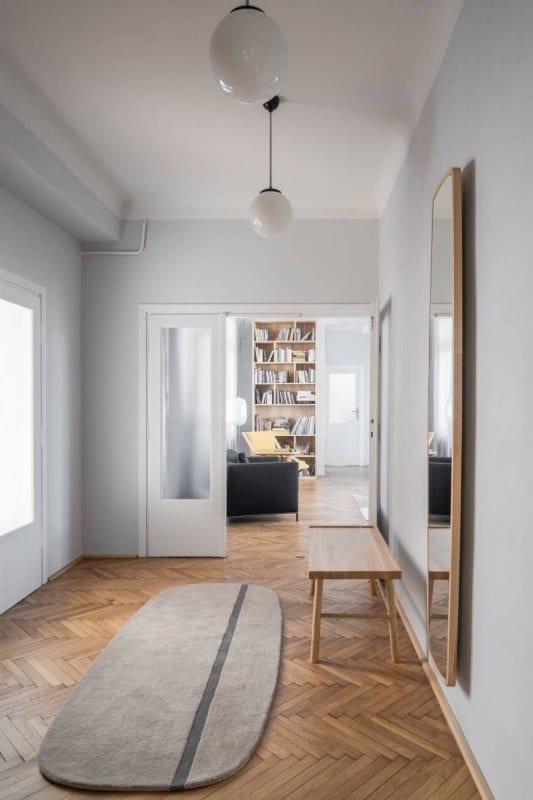 Pokój z drewnianą podłogą w mieszkaniu w kamienicy projektu Loft Kolasiński