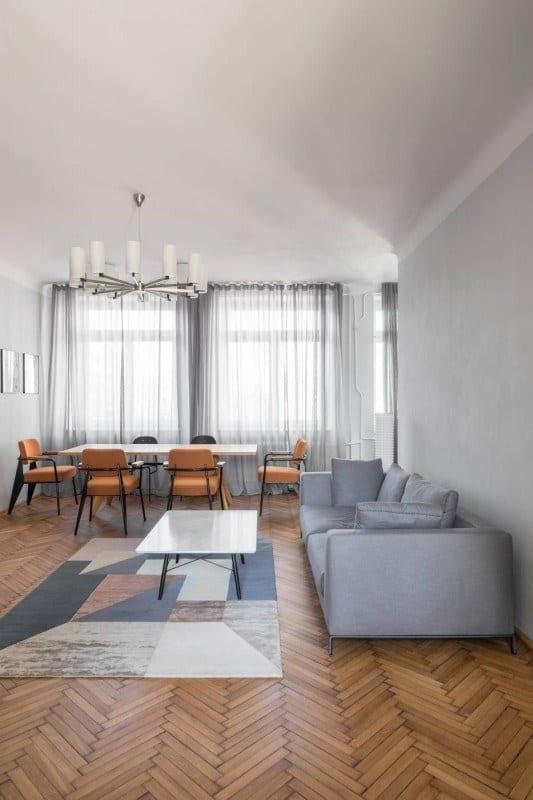 Salon w mieszkaniu w przedwojennej kamienicy projektu Loft Kolasiński