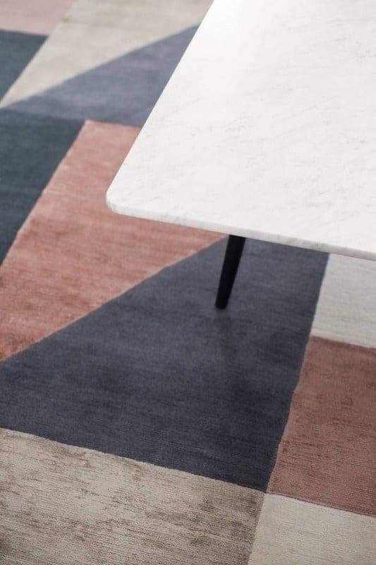 Bordowo-niebieski dywan na podłodze
