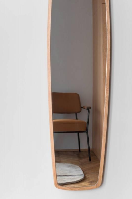 Krzesło stojące pod ścianą w mieszkaniu z 1936 roku projektu Loft Kolasiński