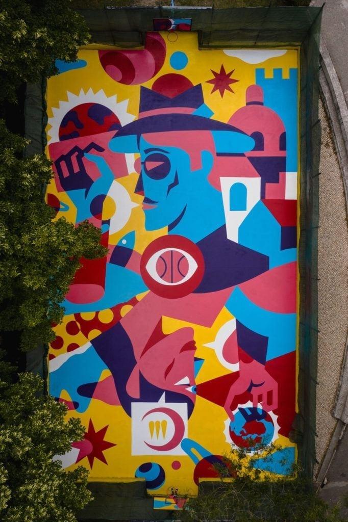 Mural AkaCorleone w Lizbonie na boisku do koszykówki