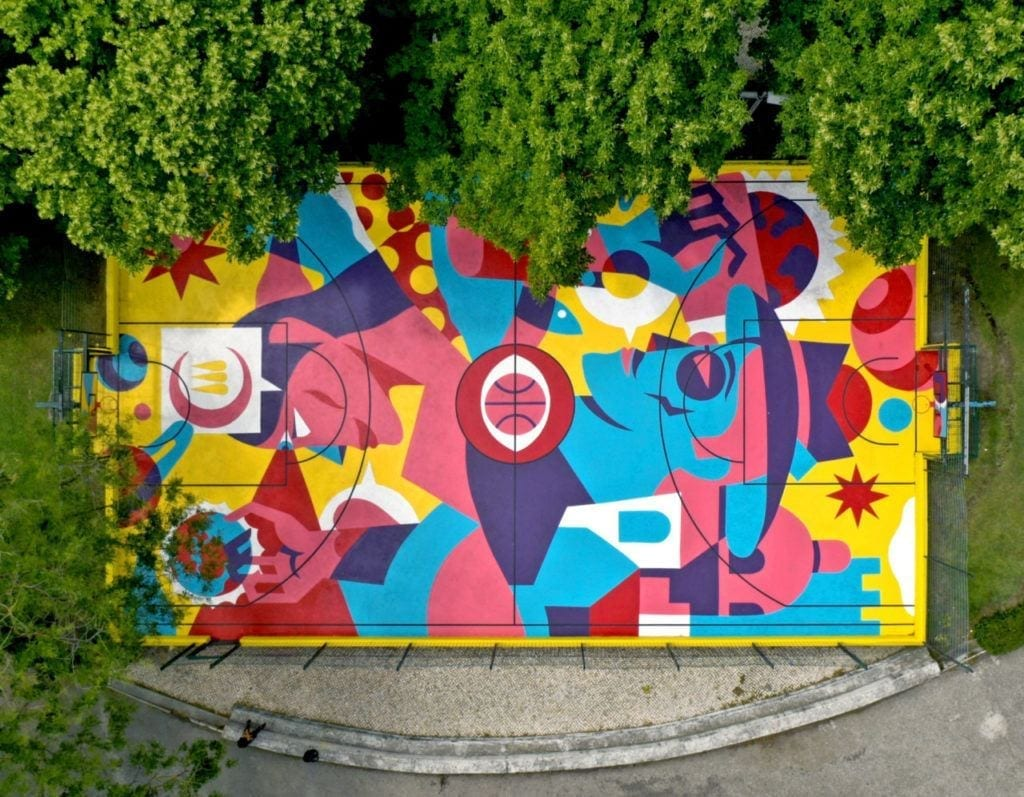 Kolorowy mural AkaCorleone na boisku do koszykówki w Lizbonie