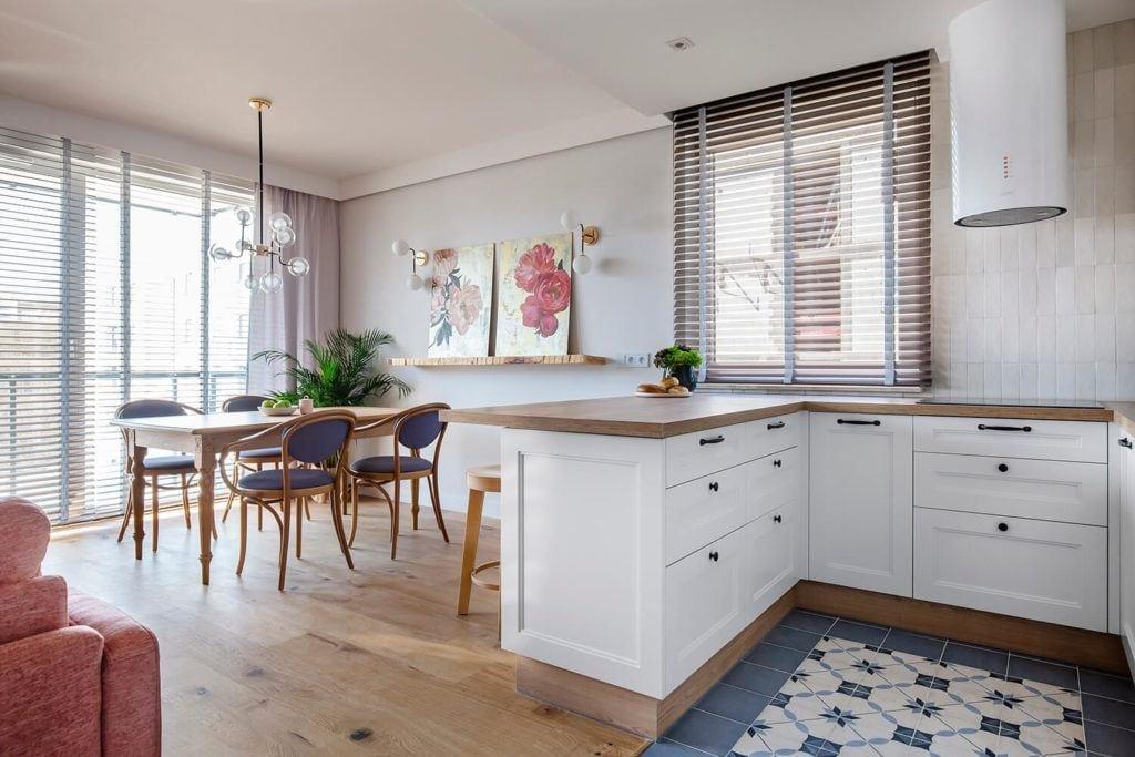 Salon z cegłą na ścianie, niebieskim dywanem i różowymi meblami