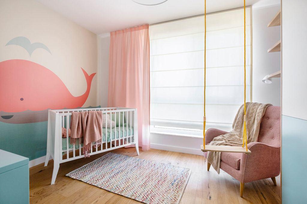 Pokój dziecka z tapetą z wielorybem w mieszkaniu projektu Kowalczyk-Gajda Studio Projektowe
