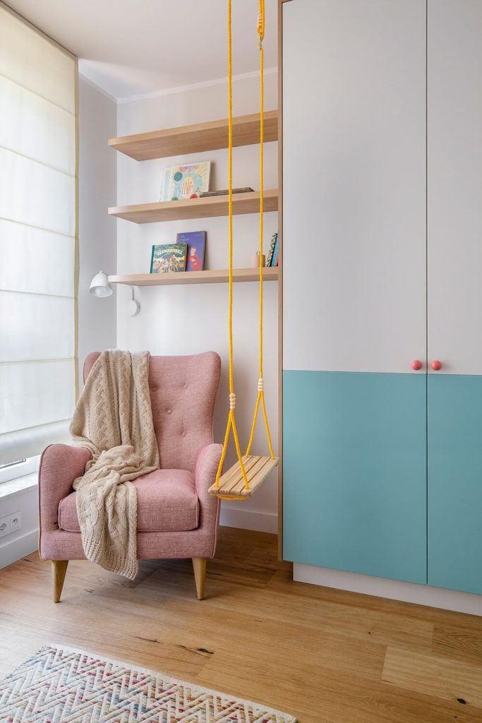 Różowy fotel w w mieszkaniu projektu Kowalczyk-Gajda Studio Projektowe