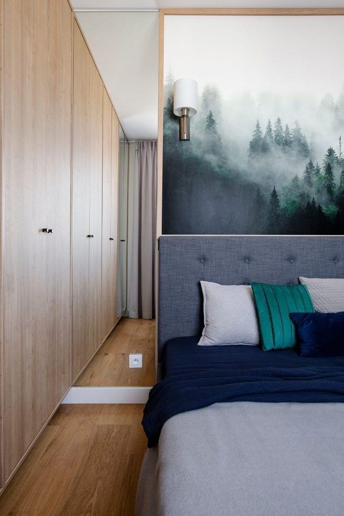 Duże łózko w sypialni w w mieszkaniu projektu Kowalczyk-Gajda Studio Projektowe