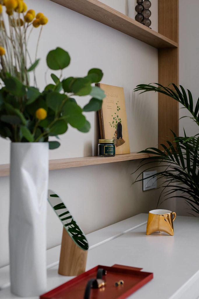 Wazon i dekoracja w w mieszkaniu projektu Kowalczyk-Gajda Studio Projektowe