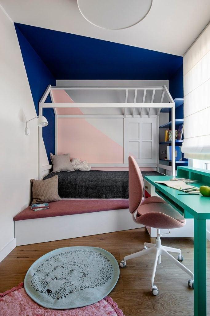 Łóżko w pokoju dziecięcym w w mieszkaniu projektu Kowalczyk-Gajda Studio Projektowe