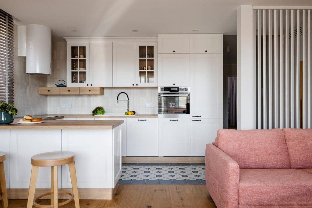Kuchnia połączona z jadalnią w w mieszkaniu projektu Kowalczyk-Gajda Studio Projektowe