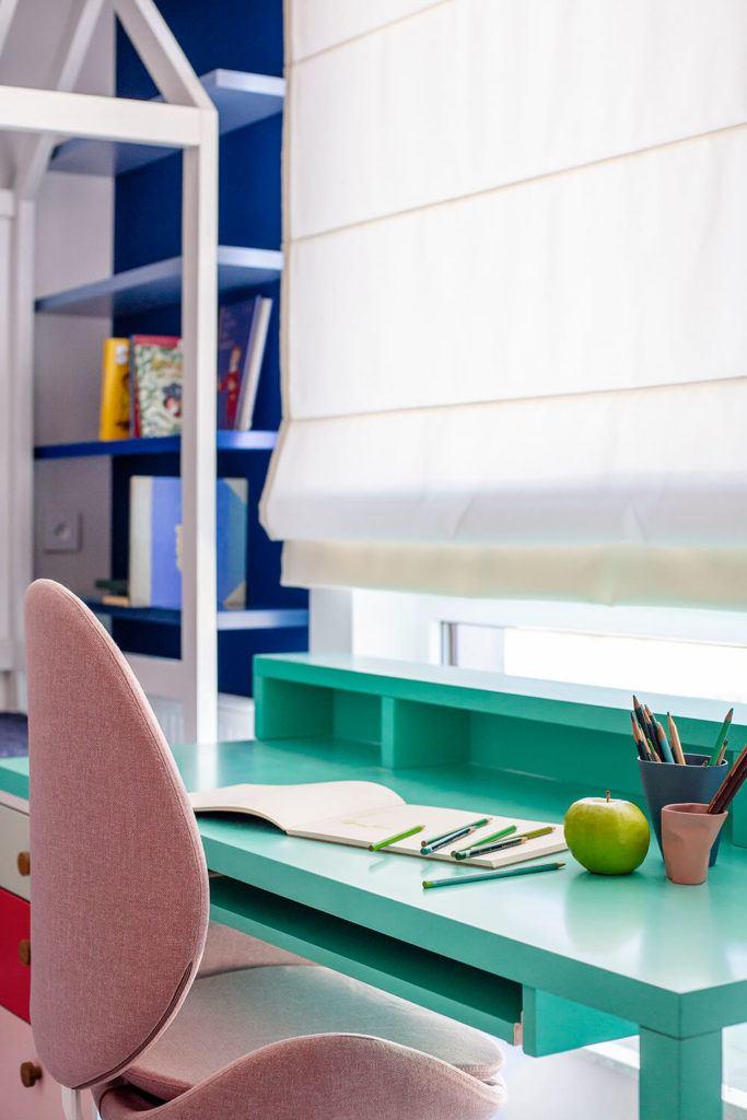 Zielone biurko stojące pod oknem w mieszkaniu projektu Kowalczyk-Gajda Studio Projektowe