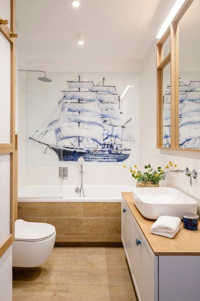 Łazienka z piękną grafiką statku w mieszkaniu projektu Kowalczyk-Gajda Studio Projektowe