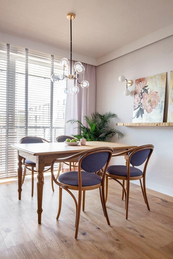 Sół z czterema krzesłami w w mieszkaniu projektu Kowalczyk-Gajda Studio Projektowe