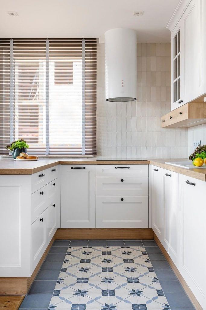 Kuchnia z białymi frontami w w mieszkaniu projektu Kowalczyk-Gajda Studio Projektowe