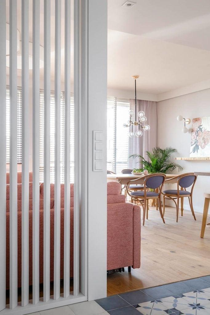 Salon w jasnych kolorach w w mieszkaniu projektu Kowalczyk-Gajda Studio Projektowe