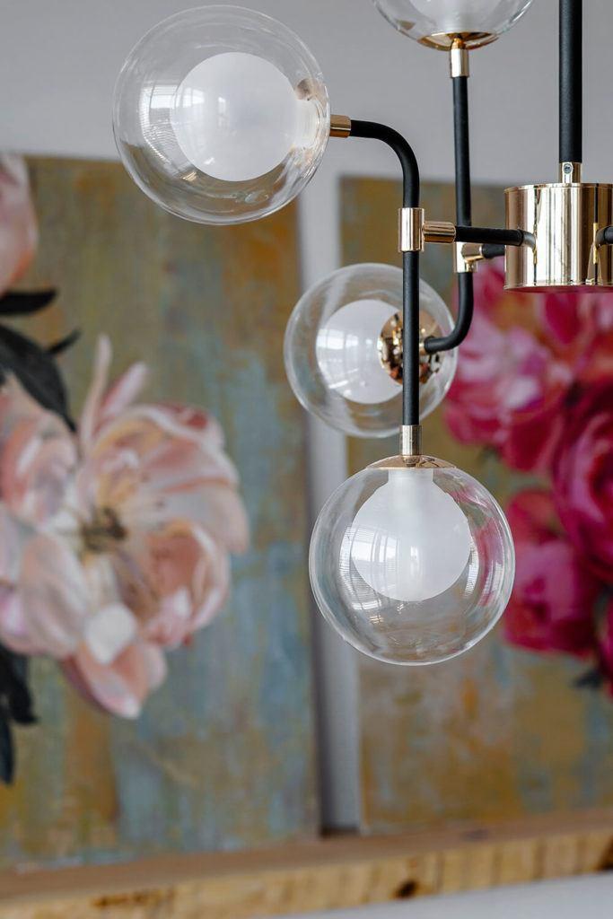 Piękne lampy z kulistym kloszem w w mieszkaniu projektu Kowalczyk-Gajda Studio Projektowe