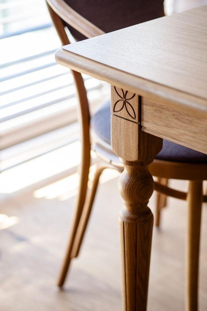 Drewniany stół w salonie
