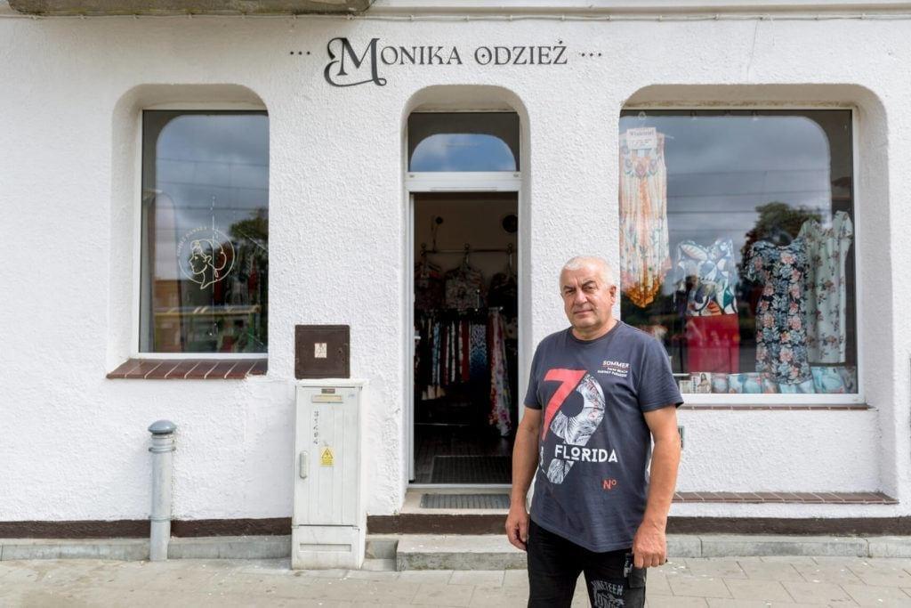 Nowe szyldy na ulicach Elbląga inicjatywa DobryZnak - sklep Monika Odzież Damska