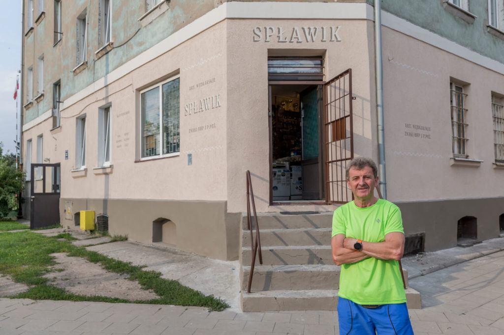 Nowe szyldy na ulicach Elbląga inicjatywa DobryZnak - witryna spławik artykuły wędkarskie