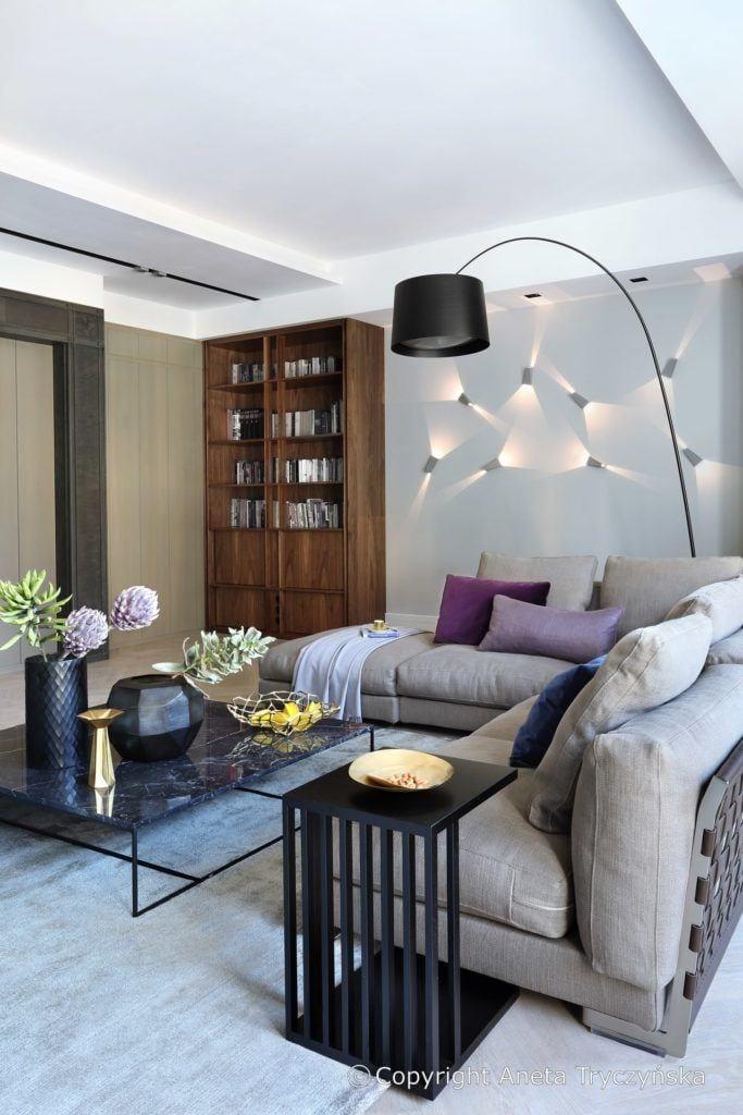 Jasny salon w luksusowym apartamencie na Muranowie projektu Taff Architekci