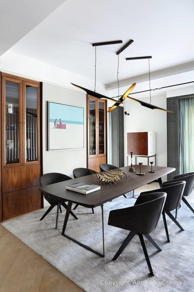 Duży stół w salonie w luksusowym apartamencie na Muranowie projektu Taff Architekci