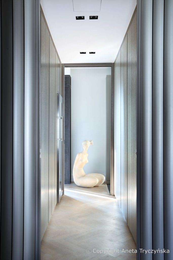 Rzeźba w luksusowym apartamencie na Muranowie projektu Taff Architekci
