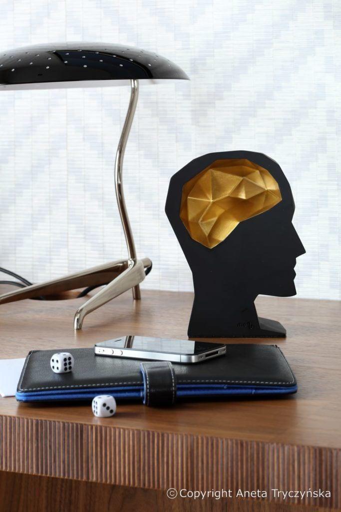 Dekoracja na stole w luksusowym apartamencie na Muranowie projektu Taff Architekci