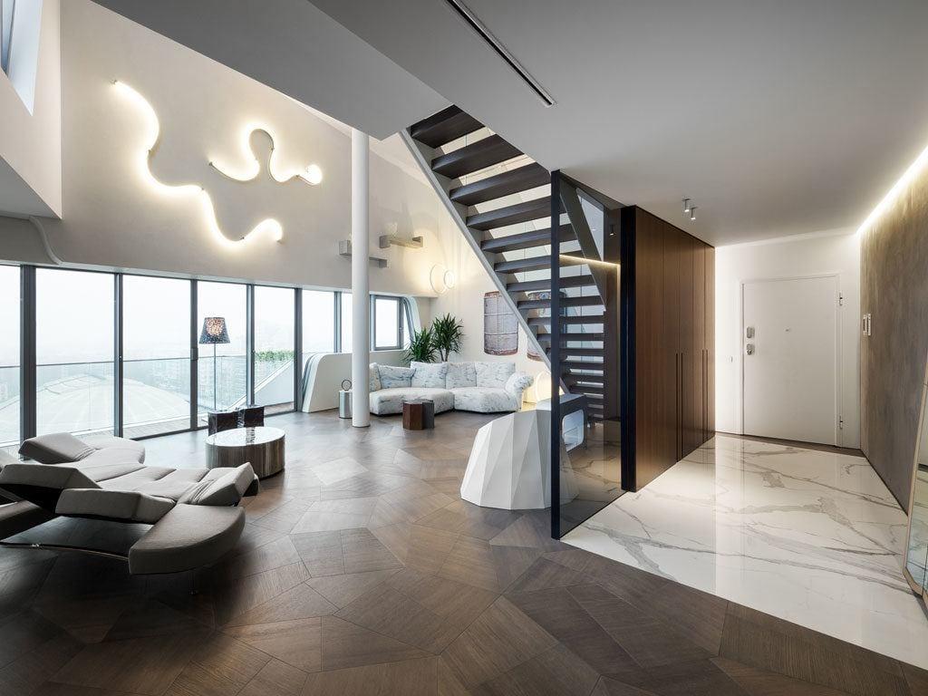 Piękna drewniana podłoga w Penthouse One-11 projektu Zaha Hadid Architects