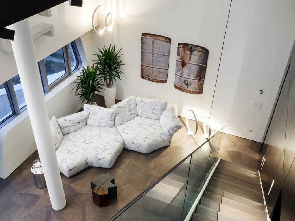 Duża jasna sofa w salonie Penthouse One-11 projektu Zaha Hadid Architects
