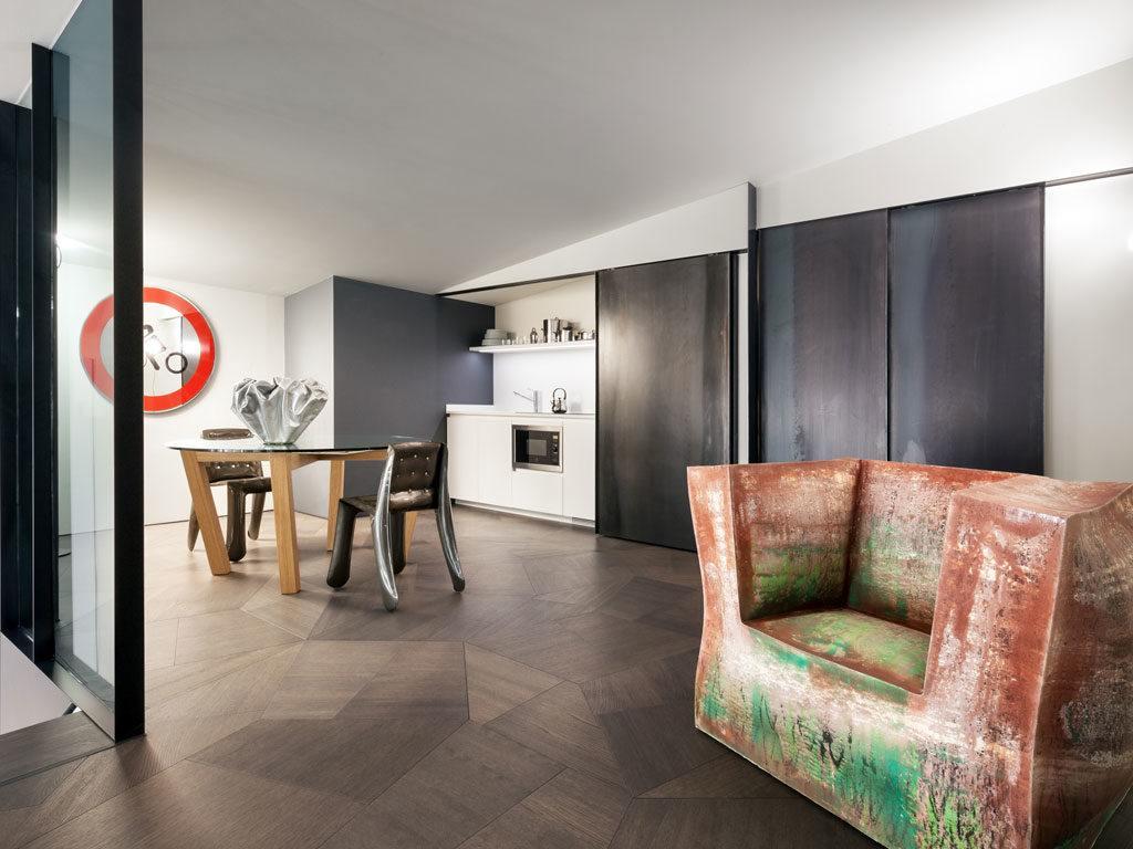 Ciemna drewniana podłoga w salonie Penthouse One-11 projektu Zaha Hadid Architects
