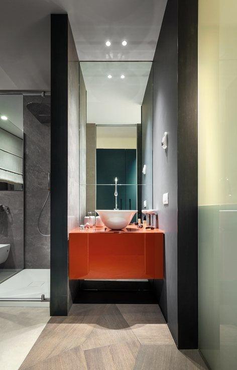 Łazienka z czerwoną szafką w Penthouse One-11 projektu Zaha Hadid Architects