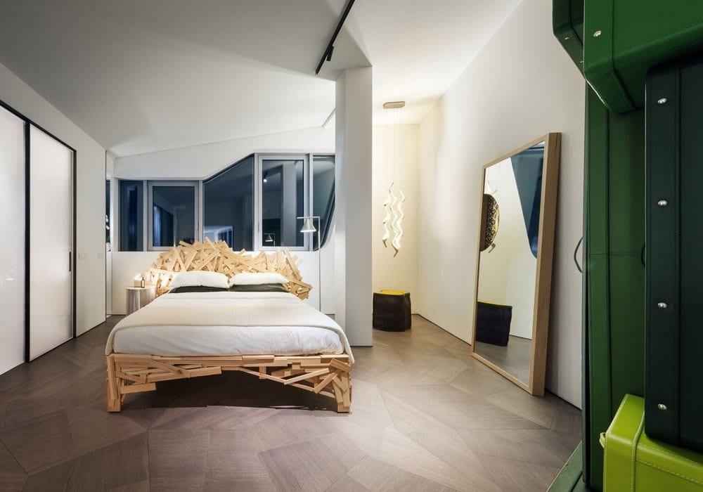 Sypialnia z dużym łóżkiem w Penthouse One-11 projektu Zaha Hadid Architects