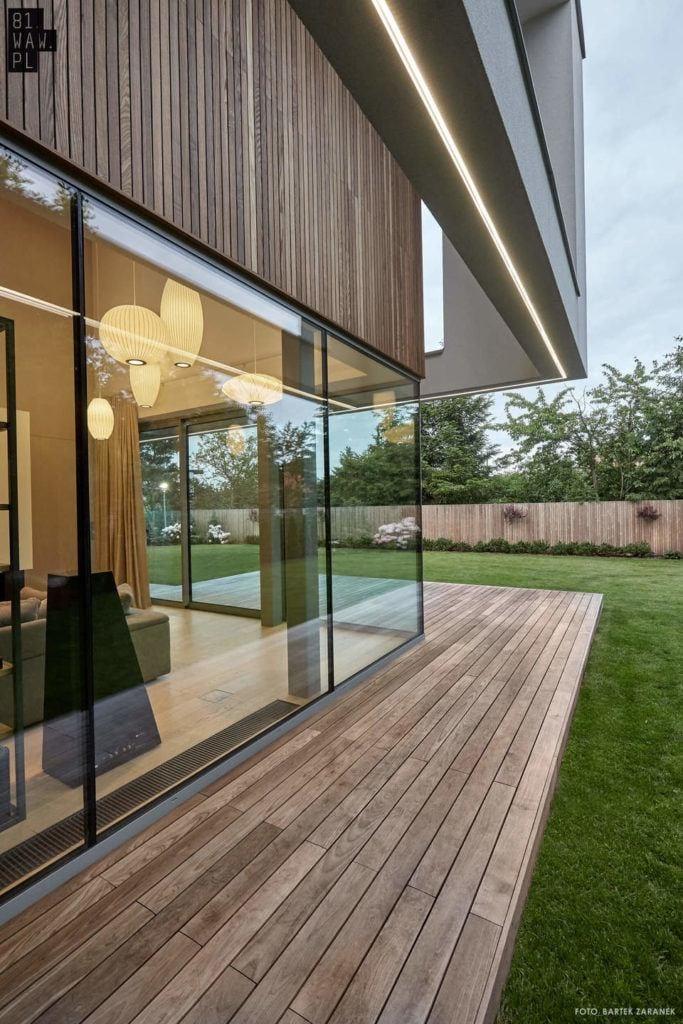 Szklane okna w domu po przekątnej projektu 81.WAW.PL