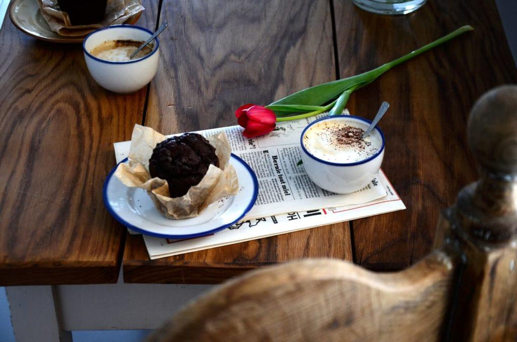 Kawa, gazeta. tulipan, ciastko i porcelanowa kolekcja Blue Line autorstwa Marka Cecuły dla Ćmielów Design Studio