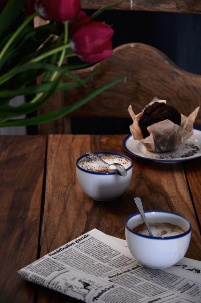 Drewniany stół i porcelanowa kolekcja Blue Line autorstwa Marka Cecuły dla Ćmielów Design Studio