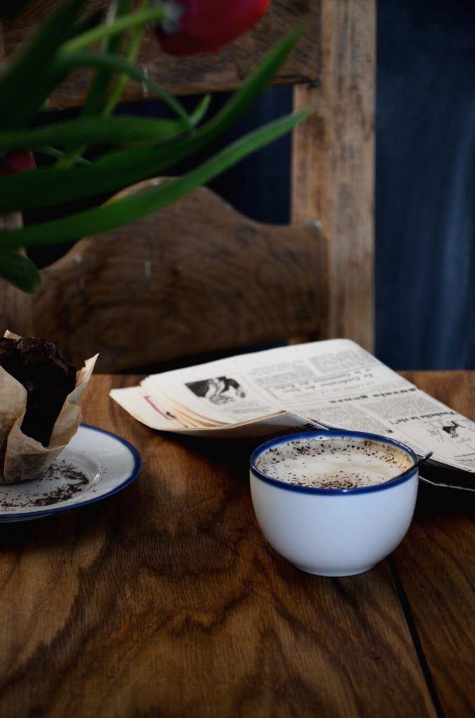 Kawa i gazeta na stole