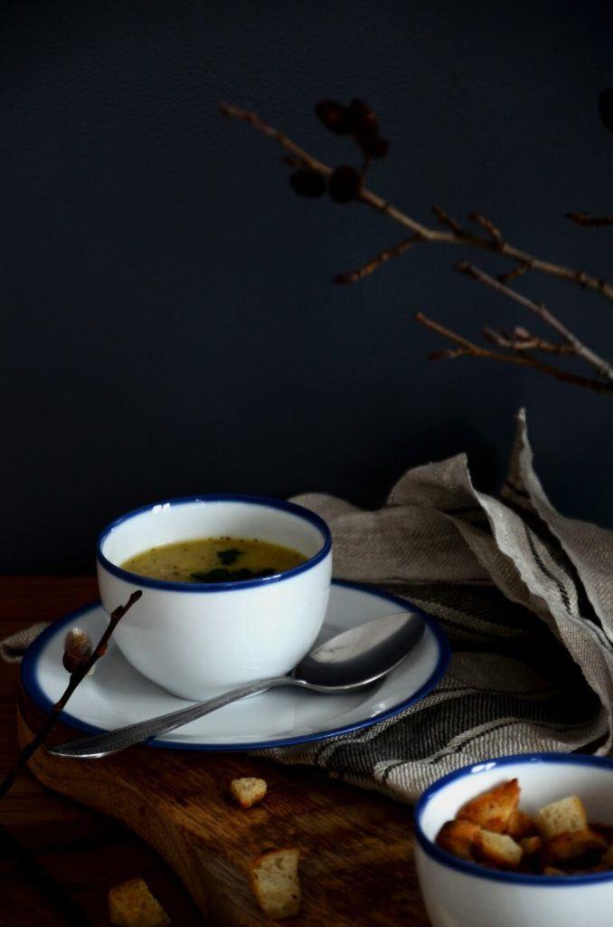 Kawa w białej filiżance z kolekcji Blue Line
