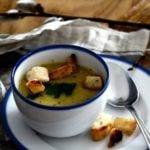 Kubek z gorącą zupą krem i porcelanowa kolekcja Blue Line autorstwa Marka Cecuły dla Ćmielów Design Studio