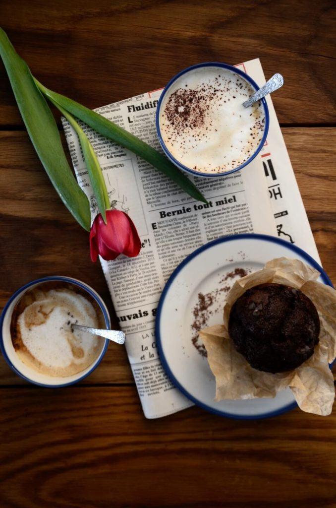 Gazeta, kawa, tulipan i porcelanowa kolekcja Blue Line autorstwa Marka Cecuły dla Ćmielów Design Studio