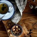 Drewniany stół zastawiony jedzeniem i porcelanowa kolekcja Blue Line autorstwa Marka Cecuły dla Ćmielów Design Studio