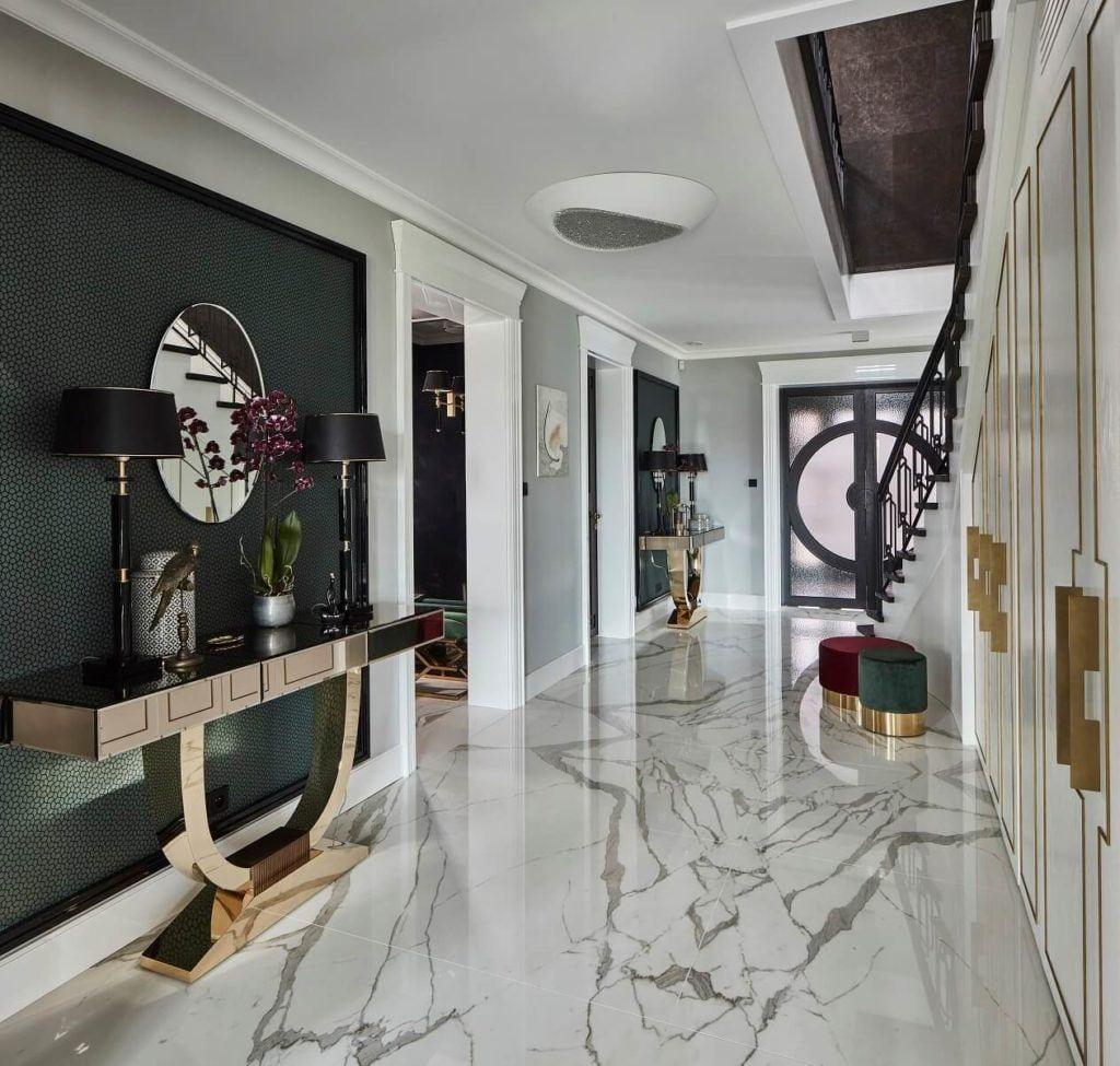 Hol z marmurem na podłodze w domu projektu pracowni mDom