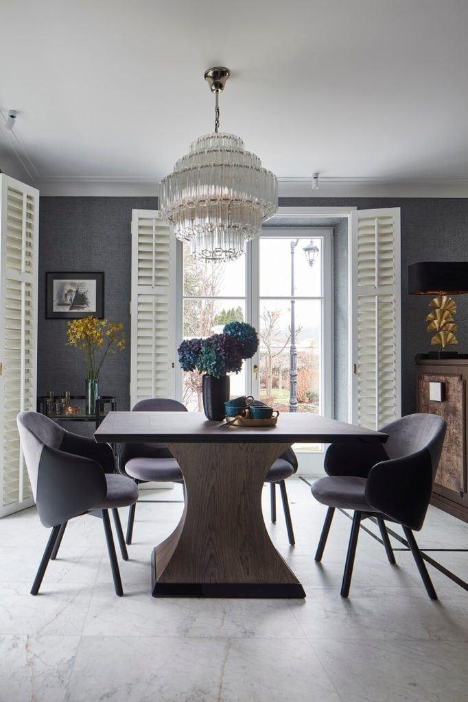 Duży stół z dwoma krzesłami w domu projektu pracowni mDom