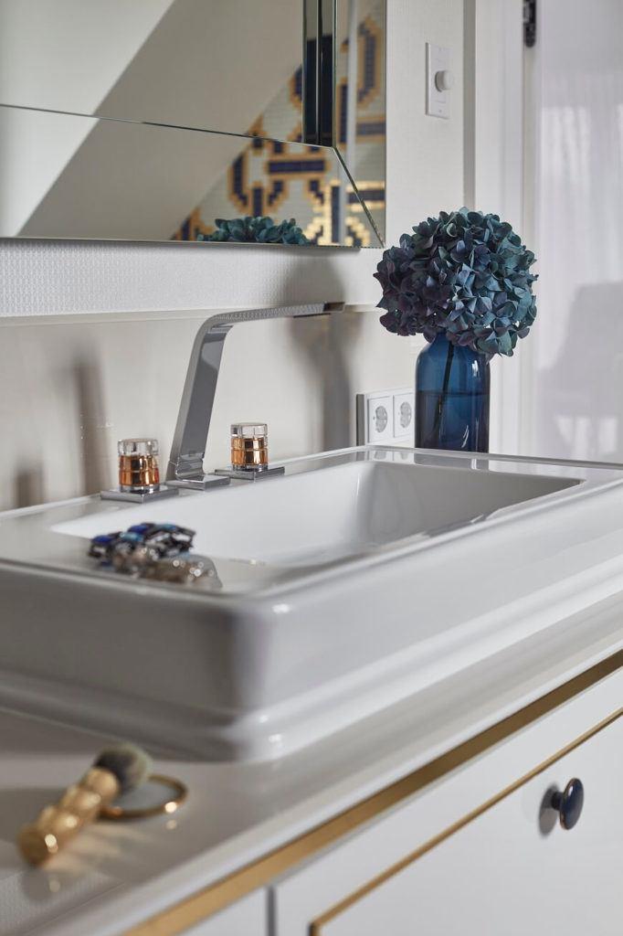Umywalka w łazience w domu projektu pracowni mDom