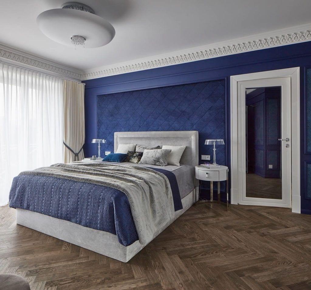 Duże łóżko w sypialni w domu projektu pracowni mDom