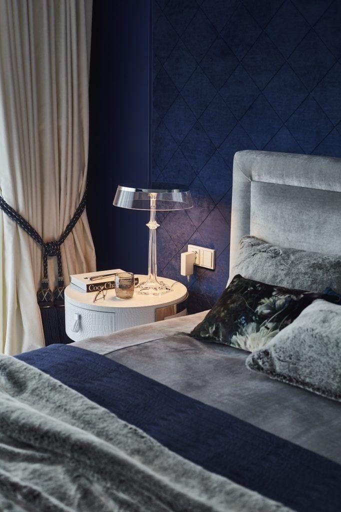 Szafka przy łóżku w sypialni w domu projektu pracowni mDom
