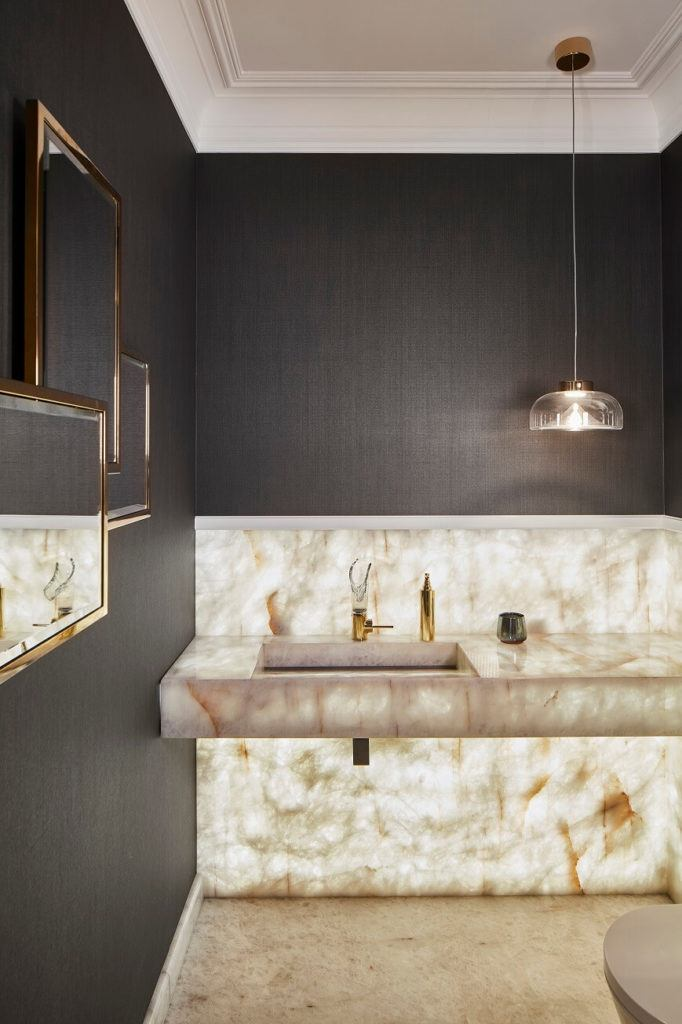 Łazienka w marmurze w domu projektu pracowni mDom