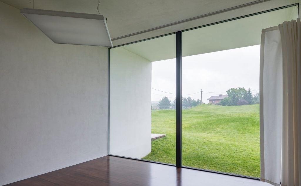 Duże okno w salonie w realizacji Cichy Dom projektu pracowni Toprojekt
