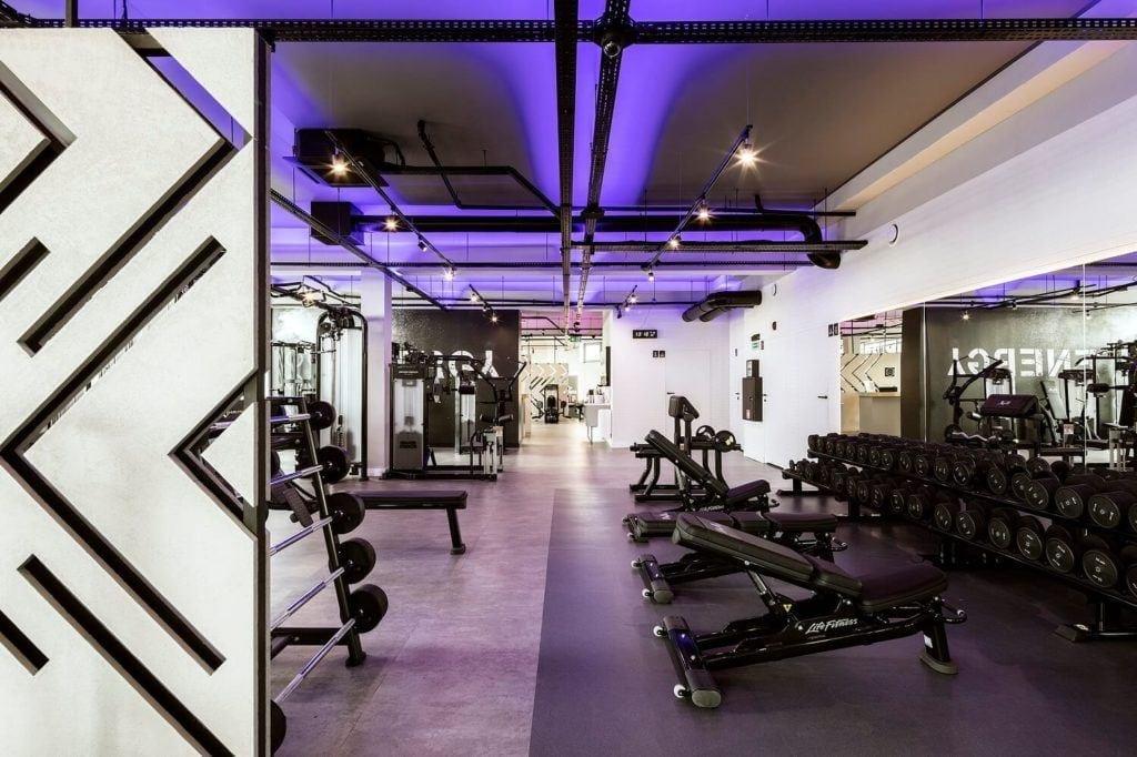 Sala siłowni podświetlona na fioletowo
