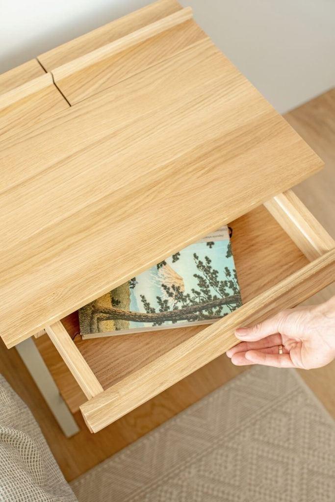 Otwarta szuflada szafki nocnej troost